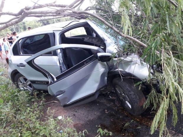 Quatro ficam feridos após carro sair da pista e colidir contra árvore;  fotos