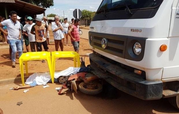 Servidor público morre ao colidir motocicleta em caminhão caçamba