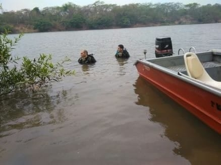 Criança morre afogada após tentar atravessar rio em canoa que afundou