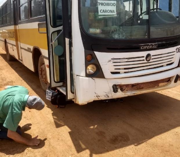 Motociclista morre após colidir com ônibus em cruzamento