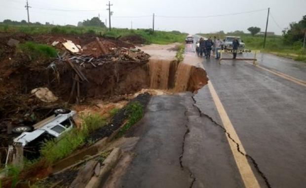 Chuva forte abre buraco em rodovia e Hilux com casal e criança de 1 ano tomba após colisão com carreta