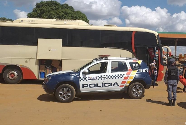 Motoristas são presos sem CNH com 35 passageiros em ônibus para o Maranhão