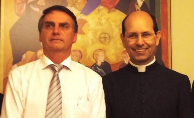 """Bolsonaro divulga vídeo de padre de Cuiabá defensor do armamento; """"cristão não é pacifista"""", diz vigário"""