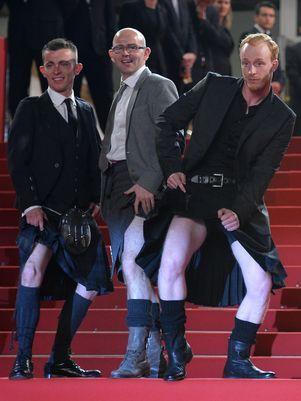 Paul Brannigan, Gary Maitland e Paul Laverty levantaram o kilt que estavam usando