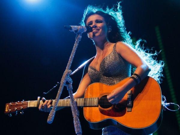 Paula Fernandes se apresentou nesta sexta-feira (25) em São Paulo. O show marcou o lançamento da turnê do álbum Meus Encantos