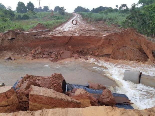 Represa rompe após excesso de chuvas e leva parte de rodovia em Mato Grosso;  vídeo e fotos