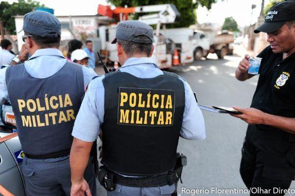 Assaltantes roubam carro e dirigem 45 km com reféns sob a mira de armas antes de abandoná-los em assentamento
