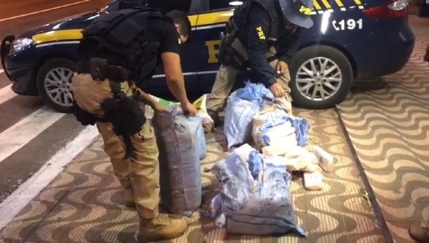 Homem é preso em rodovia ao transportar 170 kg de substância análoga à pasta base de cocaína; veja vídeo