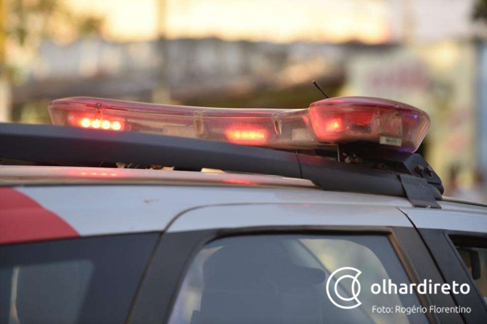 Homem é flagrado em telhado de banco, tenta mentir para policiais e acaba preso com discos de corte