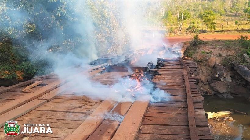 Ponte é destruída pelo fogo e prefeito denuncia incêndio criminoso