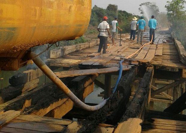 Ponte de madeira que liga municípios no interior é incendiada;  veja fotos