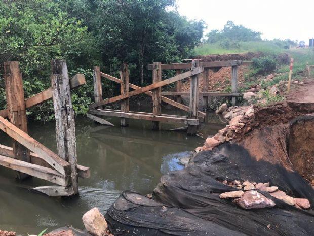 Ponte desaba em decorrência da chuva e tráfego fica interrompido em trecho da MT-100