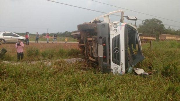 Caminhão guincho tomba em rodovia estadual e motorista morre