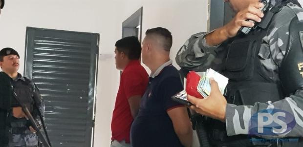 PM recebe denúncia anônima e prende assessor de candidato com R$ 8 mil perto de escola