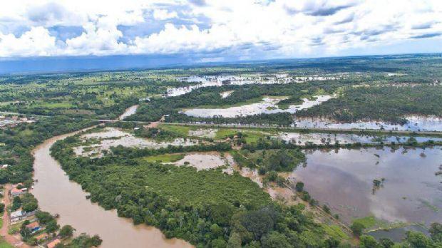 Rio  transborda e deixa parte de cidade de MT debaixo d'água; Defesa Civil monitora