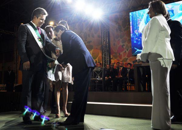 Mauro Mendes recebe a faixa de prefeito das mãos de Chico Galindo