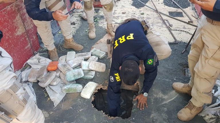 PRF encontra mais de 100 kg de cocaína em compartimento de carreta e dois homens são presos; veja fotos