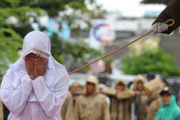 Garota indonésia leva 23 chibatadas por ser vista ao lado do namorado