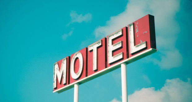 Homem deixa mulher e documento em motel como