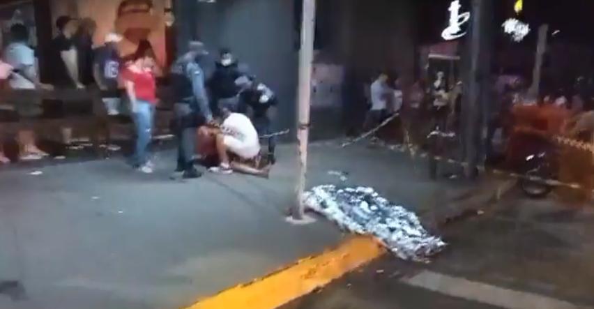 Criminosos matam homem a tiros e deixam duas pessoas feridas na frente de bar