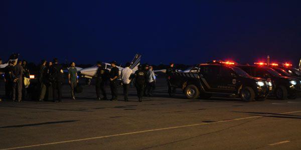 Presos na quinta fase da Operação Ararath, Riva e Eder Moraes foram levados para Brasília em avião da Polícia Federal