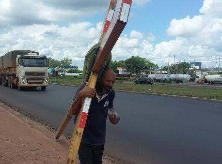Pagador de promessa que carrega cruz de madeira morre atropelado durante peregrinação