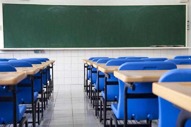 Alegando caos da educação, professores paralisam atividades na capital