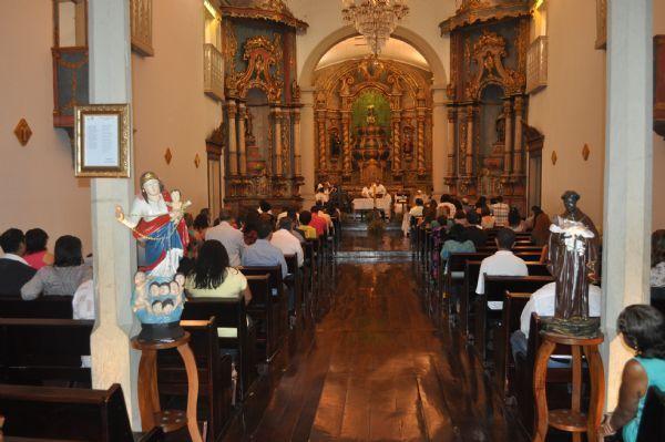 Políticos e fiéis acompanham missa de aniversário de Cuiabá na Igreja de São Benedito