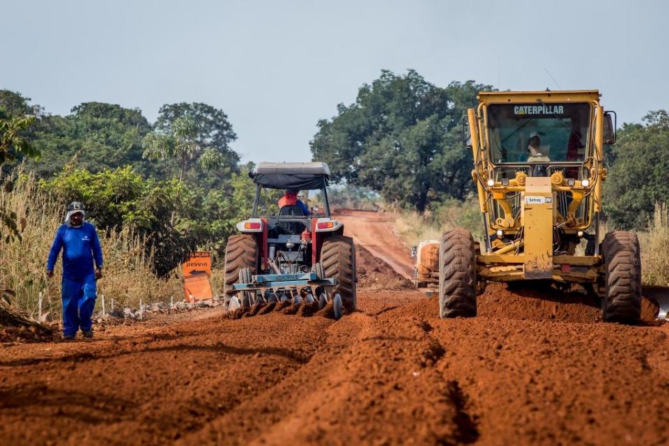 Mauro Mendes e comitiva chegam ao Araguaia e prometem conclusão do asfalto na MT-100 até dezembro