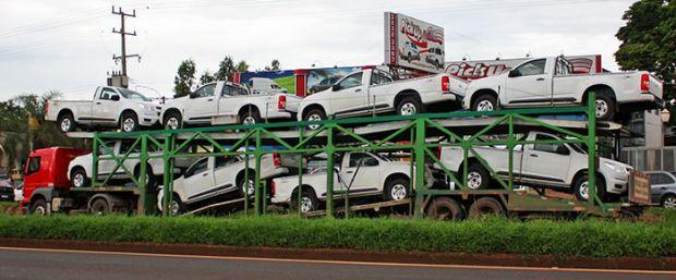 Criminosos armados roubam Gol e S10 de caminhão cegonha em plena luz do dia