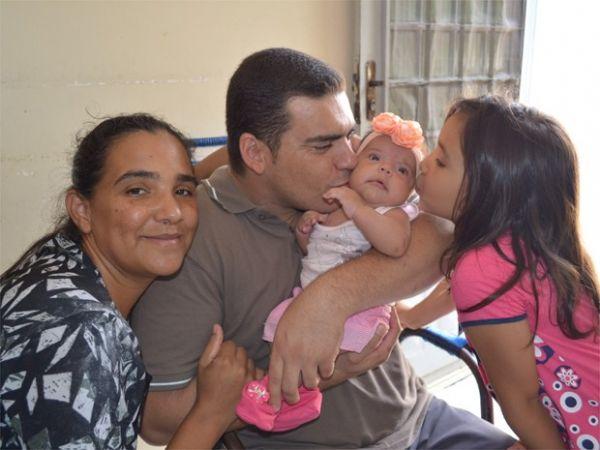 Portador da Síndrome de Usher, André Luiz Siqueira se comunica pelo tato com a mulher e as filhas