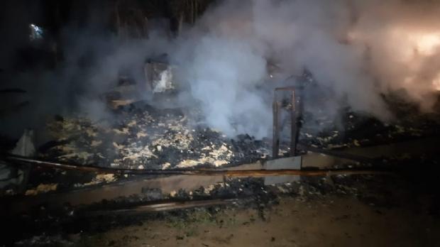 Criança de 10 anos morre carbonizada e pai sofre queimaduras ao tentar salvá-la