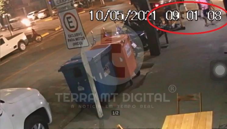 Vídeo mostra momento que dupla desce de carro, mata um e fere dois em bar