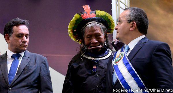 Taques recebe cacique Raoni e manda levantar demarcações de terras indígenas em MT