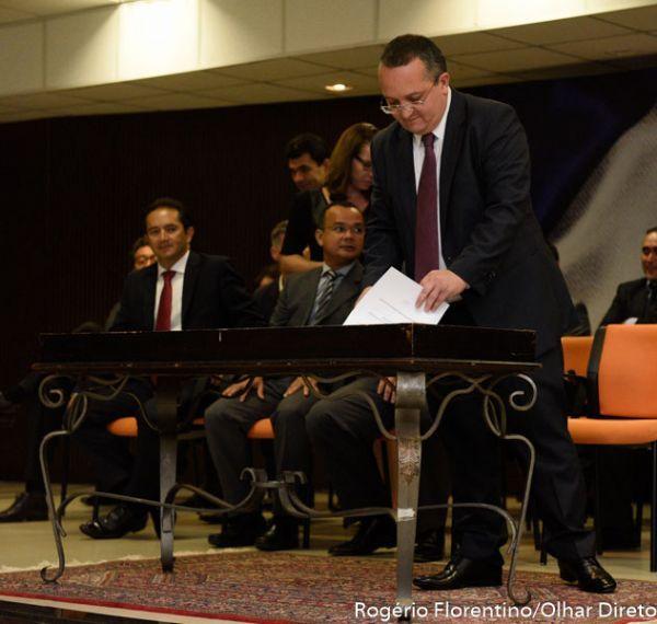 Pedro Taques exonera mais 30 servidores e nomeia 16; maioria foi a pedido