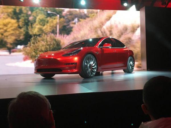 Tesla lança seu carro elétrico mais acessivel, o sedã Model 3