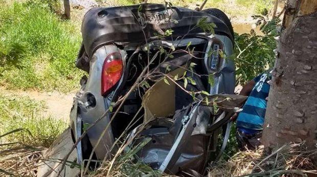 Motorista fica gravemente ferido após pneu estourar e carro capotar; transferido de helicóptero para VG