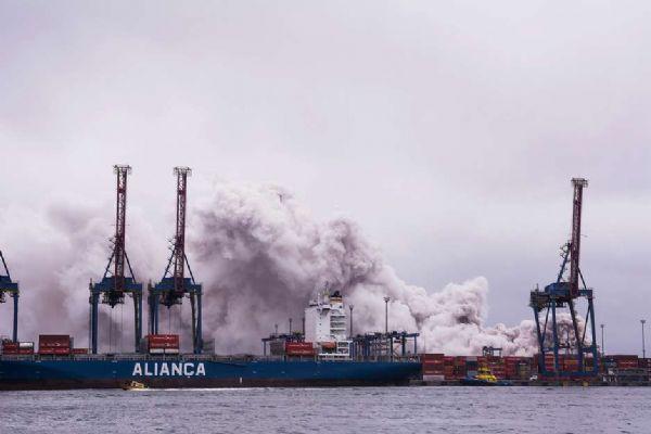 Nuvem tóxica atinge terminal no Guarujá e causa intoxicações