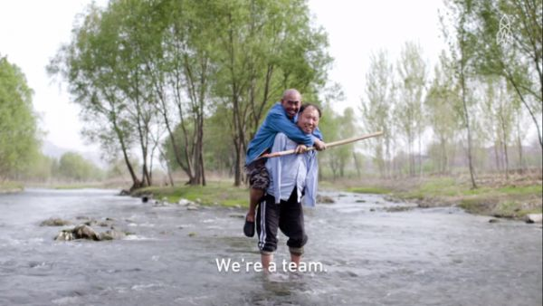 Juntos, homem cego e amigo sem braços plantam mais de 10 mil árvores na China