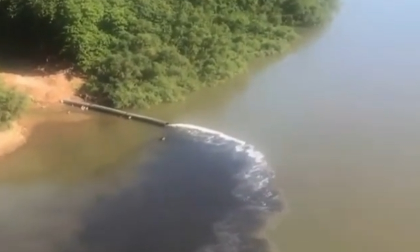 Vídeo mostra líquido preto sendo despejado no Rio Cuiabá; Sema investiga