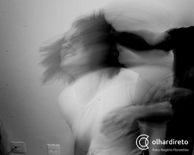 Homem tenta matar esposa com tijolada na cabeça após discussão