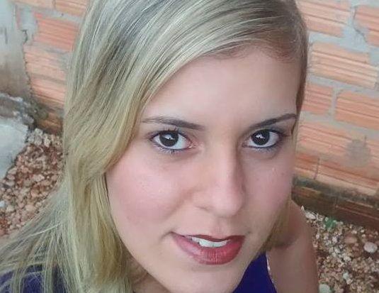 Mulher de 23 anos morre e amiga fica ferida após colisão de motocicleta contra caminhão