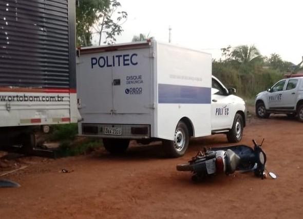 Motociclista morre após colidir com caminhão em estrada de terra
