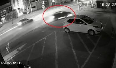 Vídeo registra carro em alta velocidade colidindo com muro em cidade de MT 1