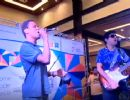 Rapaz que encantou passageiros no metrô canta com ídolo Jorge Vercilo