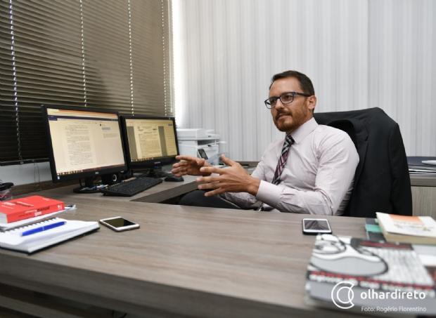 """""""Decreto concedeu à população migalhas"""", diz advogado sobre flexibilização da posse de arma de fogo"""