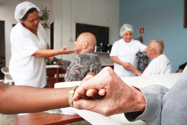 Gastos com cuidadores de idosos podem se tornar dedutíveis do Imposto de Renda