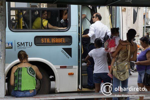 Ponto de ônibus na praça Alencastro no centro histórico de Cuiabá