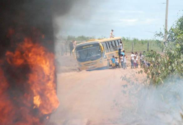 Bandidos atiram em ônibus escolar / Homero Sérgio - Querência Hoje